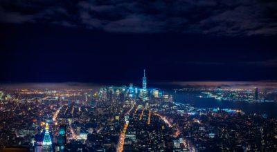 På billedet kan du se, hvor lys byen er om natten.